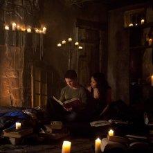 Steven R. McQueen e Katerina Graham guardano un antico libro nell'episodio The Sun Also Rises di Vampire Diaries