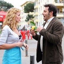 Enrico Brignano con Serena Autieri in una scena di Fratelli Detective