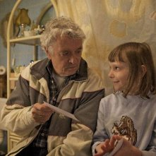 Henry Hübchen e la piccola Paraschiva Dragus nel film Polnische Ostern