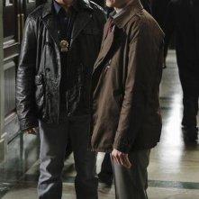 Jon Huertas e Seamus Dever nell'episodio Law & Murder di Castle