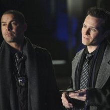 Jon Huertas e Seamus Dever nell'episodio The Final Nail di Castle