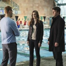 Justin Bruening, Stana Katic e Nathan Fillion nell'episodio The Dead Pool di Castle