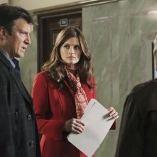 Stana Katic e Nathan Fillion in una scena dell'episodio Law & Murder di Castle