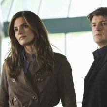 Stana Katic e Nathan Fillion in una scena dell'episodio The Dead Pool di Castle