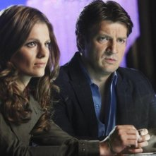 Stana Katic e Nathan Fillion nell'episodio Pretty Dead di Castle