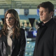Stana Katic e Nathan Fillion nell'episodio The Dead Pool di Castle