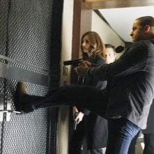 Stana Katic, Seamus Dever e Jon Huertas nell'episodio Slice of Death di Castle