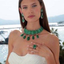 Cannes 2011: Bianca Balti posa con una parure smeraldi e diamanti bianchi creata da De Grigosono