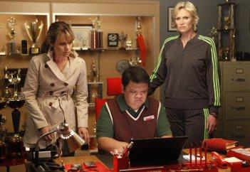 Jane Lynch, Jessalyn Gilsig e Kent Avenido nell'episodio Funeral di Glee