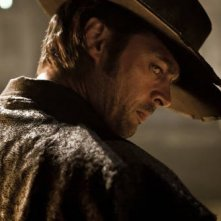 Karl Urban in un'immagine da western in Priest