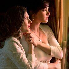 Annette O'Toole e Erica Durance preoccupate, nell'episodio Finale di Smallville