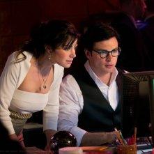 Erica Durance e Tom Welling guardano il computer nell'episodio Finale di Smallville