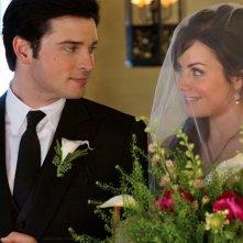 Tom Welling guarda la sua amata Erica Durance nell'episodio Finale di Smallville
