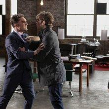 Chace Crawford trattiene Ed Westwick dell'episodio Shattered Bass di Gossip Girl