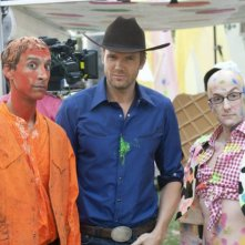 Danny Pudi, Joel McHale e Jim Rash sul set dell'episodio For a Few More Paintballs di Community