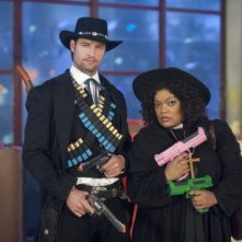 Josh Holloway e Yvette Nicole Brown sul set dell'episodio A Fist Full of Paintballs di Community