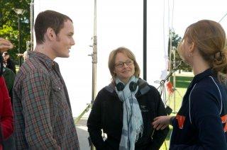 Anton Yelchin. Jodie Foster e Jennifer Lawrence sul set del film Mr. Beaver