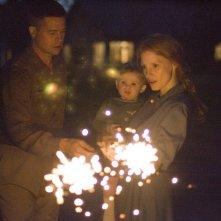 Brad Pitt accanto a Jessica Chastain in una scena familiare di The Tree of Life