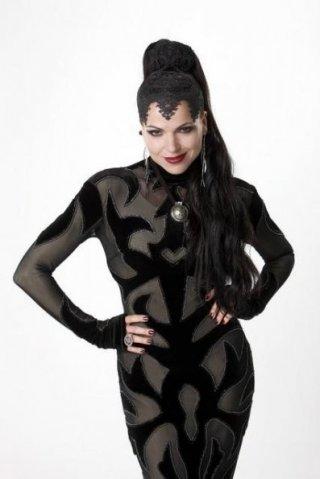 Lana Parrilla in una foto promozionale della serie 'Once Upon A Time'