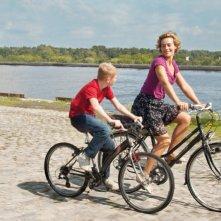 Thomas Doret e Cécile De France ne Il ragazzo con la bicicletta (2011)