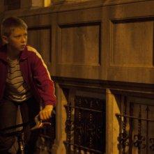 Thomas Doret in una scena notturna de Il ragazzo con la bicicletta