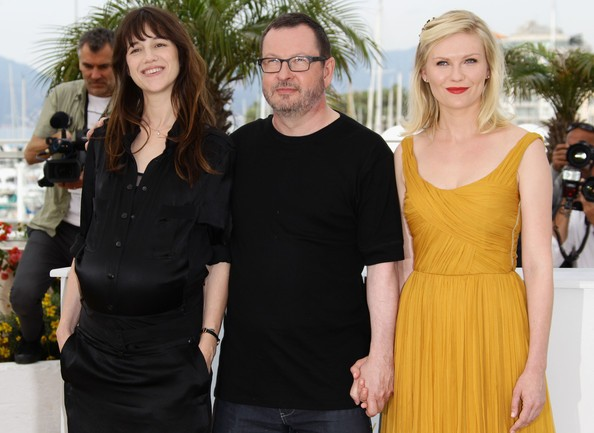 Cannes 2011: il regista Lars von Trier con le protagoniste del suo Melancholia