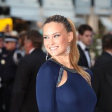 Cannes 2011: una sorridente Bar Refaeli con un abito di Cavalli sul red carpet