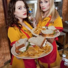 Kat Dennings e Beth Behrs in una foto promozionale della serie Two Broke Girls