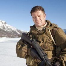 Sean Bean in una scena del film bellico Age of Heroes