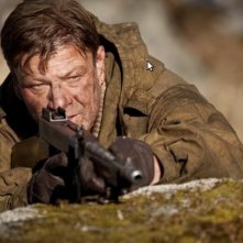 Sean Bean in una sequenza del film bellico Age of Heroes