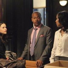 Columbus Short e Katie Lowes in una scena del pilot della serie tv Scandal