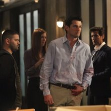 Guillermo Diaz, Darby Stanchfield, Wes Brown e Henry Ian Cusick in una scena del pilot della serie tv Scandal