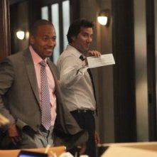 Henry Ian Cusick insieme a Columbus Short in una scena del pilot della serie tv Scandal