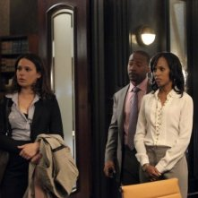Katie Lowes e Kerry Washington insieme a Columbus Short in una scena del pilot della serie tv Scandal