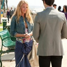 Blake Lively ed Ethan Peck (di spalle) nell'episodio The Wrong Kiss Goodnight di Gossip Girl
