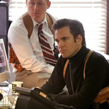 Donny Price (Scott Grimes) e DiNozzo (Michael Weatherly) in ufficio nell'episodio Baltimore di NCIS