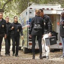 Michael Weatherly, Sean Murray e Cote de Pablo sulla scena del crimine nell'episodio Swan Song di NCIS