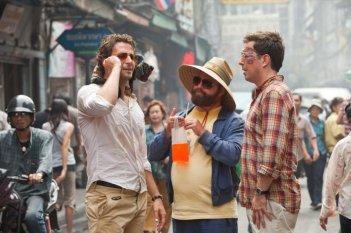 Bradley Cooper, Zach Galifianakis ed Ed Helms in un'immagine di Una notte da leoni 2