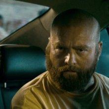 Un inquietante Zach Galifianakis in una scena di Una notte da leoni 2