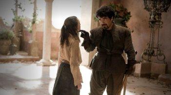 Maisie Williams e Miltos Yerolemou nell'episodio A Golden Crown di Game of Thrones