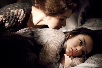 Park Yi-kyung  minaccia Jeon Do-Youn nel dramma The Housemaid di Im Sang-soo