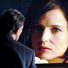 Antonio Banderas osserva il volto di Elena Anaya in una singolare scena di La Piel que Habito