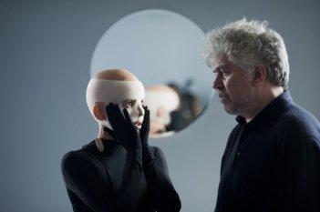 Elena Anaya e il regista Pedro Almodovar sul set di La Piel que Habito