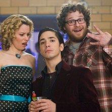 Justin Long tra Elizabeth Banks e Seth Rogen in una scena del film Zack and Miri