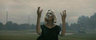 Kirsten Dunst in un'affascinante sequenza del film Melancholia, di Lars Von Trier