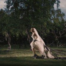 Kirsten Dunst in una surreale scena di Melancholia, di Lars Von Trier.
