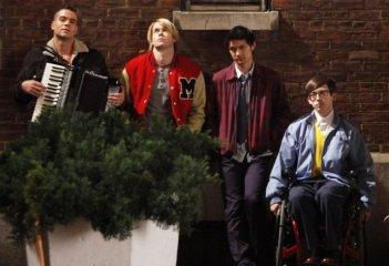 Mark Salling, Chord Overstreet, Harry Shum jr. e Kevin McHale nell'episodio New York, finale della seconda stagione di Glee
