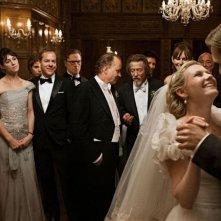 Tra gli altri, Charlotte Rampling, Charlotte Gainsbourg, Kiefer Sutherland, Kirsten Dunst e Alexander Skarsgård in una scena di Melancholia, di Lars Von Trier.