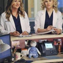 Jessica Capshaw e Rachael Taylor nell'episodio P.Y.T. (Pretty Young Thing) di Grey's Anatomy