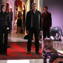 Jorja Fox e Laurence Fishburne nella casa di Lady Heather nell'episodio Unleashed di CSI: Scena del crimine
